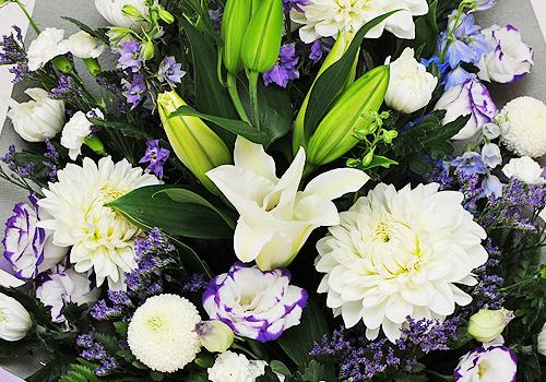 お葬式に供える供花を手配する際は、花屋、または葬儀社に依頼することになります。