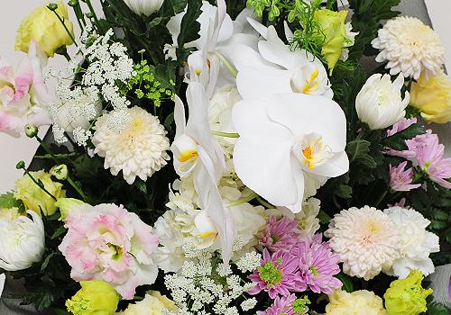 供花を送るときは、手配する前に遺族側へ意向を確認しておくことが大切です。